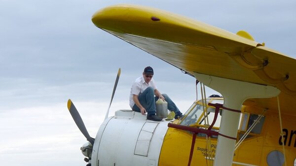 AntonovAn-2VH-CCEYLIL20111105toppingupengineoil.jpg_thumb.13e8f7fd247cfc085036d07a68900239.jpg