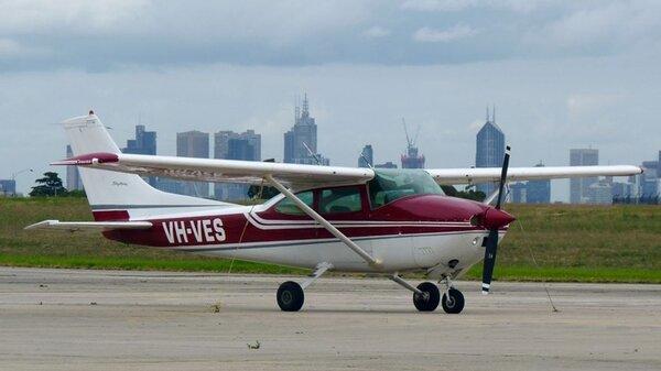 Cessna182P1975VH-VESYMEN20110404.jpg_thumb.2bb46d3ab14240ba30776f9aac4cb995.jpg
