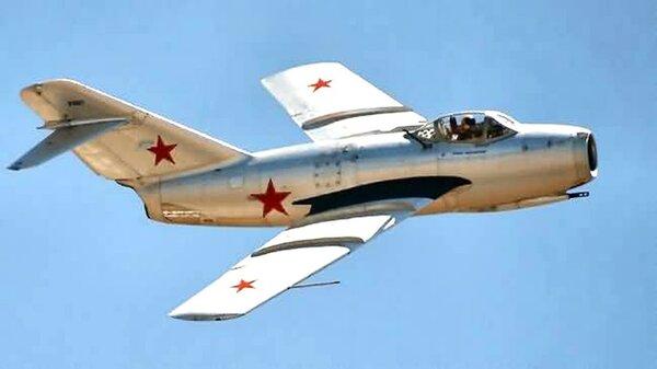 MiG15singleseatairborne.jpg_thumb.80fc18d86bcabbac55e04237cd97a7e2.jpg